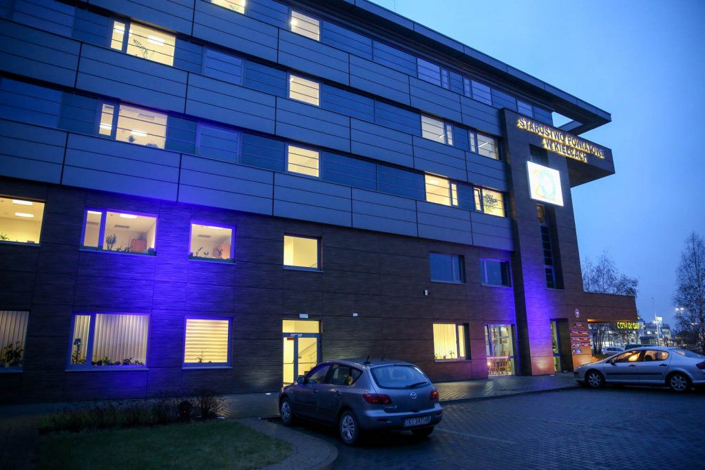 Budynek wniebieskich barwach